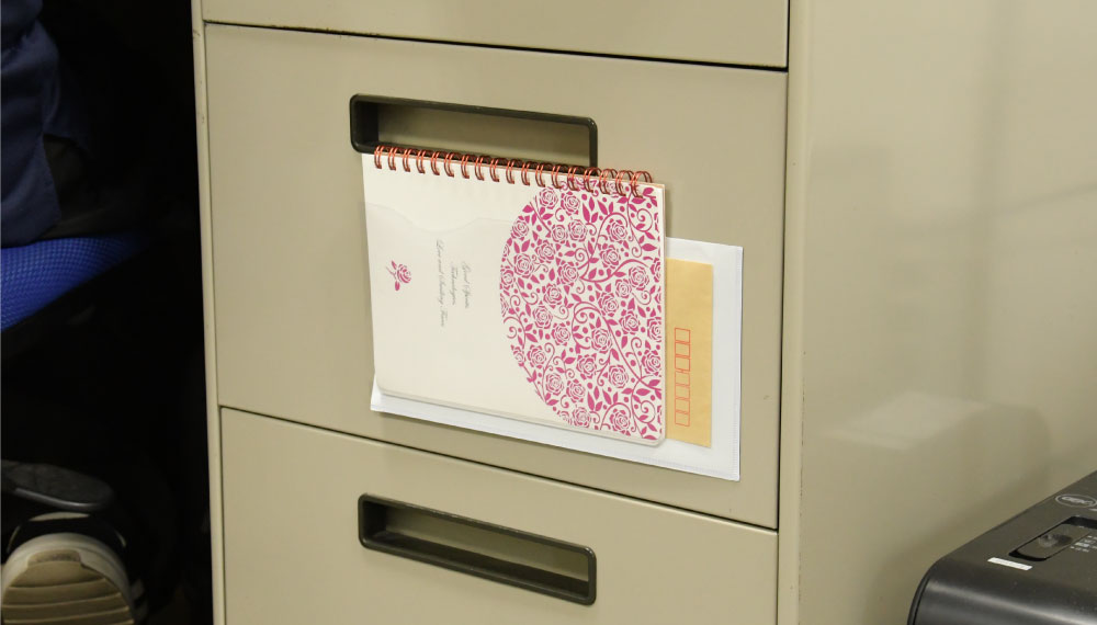 オフィスの机でも、書類やノートなど一時的に保管しておくことができます。